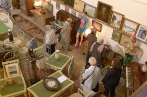 L'attrait pour les objets anciens, porteurs de sens et d'histoire draine de nouveaux publics en salle des ventes, comme ici à Coulommiers.